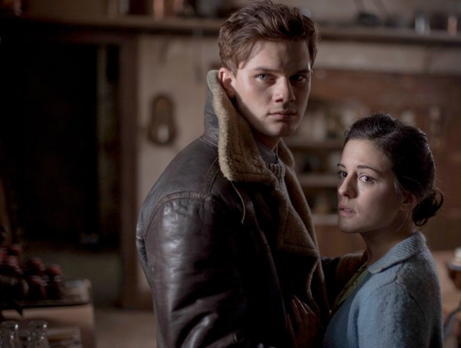 THE-WOMAN-IN-BLACK-ANGEL-OF-DEATH_Phoebe-Fox_Jeremy-Irvine